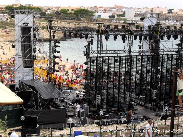001 - La preparazione del palco di O'Scia'  sulla Spiaggia della Guitgia